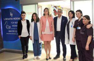 """Lokman Hekim Tüp Bebek Merkezi açıldı Açılışta konuşan, Lokman Hekim Hastanesi Genetik Danışmanı Prof. Dr. Volkan Baltacı, üreme tıbbı alanında genetik uygulamaların tüp bebeğin başarısını yakından ilgilendirdiğini söyledi. Tüp bebek yönetiminin her aşamasında genetik uygulamaların olduğuna işaret eden Baltacı, """"Tüp Bebek merkezinde üst düzeyde bir biyoteknolojik donanımımız var. Bu merkezde dünyadaki bütün ileri tıp uygulamalarını eksiksiz yerine getirebiliyoruz"""" dedi. Lokman Hekim Akay Hastanesi Tüp Bebek Ünitesi Sorumlusu Dr. Elif Didem Özdemir, 10 yıl önce gebe kalmayı hayal edemeyen kadınların bugün teknolojik gelişmelerle gebe kalabildiğine dikkati çekerek, tüp bebek tedavisi aşamaları hakkında bilgi verdi."""