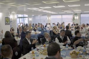 """Engelliler """"Lokman Hekim""""de buluştu Ankara'da yaşayan engelliler, Lokman Hekim Akay Hastanesinde bir araya geldi. Lokman Hekim Sağlık Grubu yöneticileri Dr. İbrahim Uğur, Dr. Ali Yakut, Dr. Murat Kadir Erdem ve Ali Emre Dinkçioğlu'nun ev sahipliğinde gerçekleşen etkinliğe, çeşitli engel gruplarından yüzü aşkın engelli katıldı. Lokman Hekim Hastaneleri İş Geliştirme ve Proje Direktöre Dr. Ali Yakut, burada yaptığı konuşmada, Türkiye'de nüfusun yüzde 12'sinin engellilerden oluştuğuna dikkati çekerek, """"Bu kişiler sağlık hizmetlerinden yararlanmak istediklerinde başta iletişim ve ulaşım olmak üzere pek çok sorunla karşı karşıya kalıyor"""" dedi."""