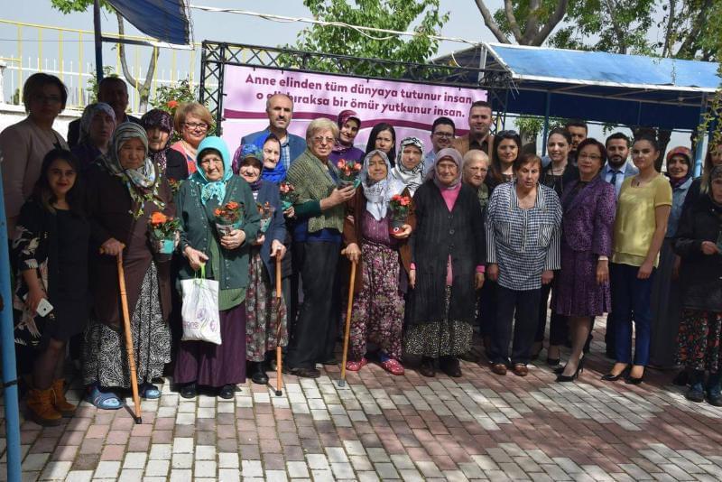 Özel Ümit Hastaneleri Anneler Günü'nde huzurevinde yaşayan anneleri unutmadı.